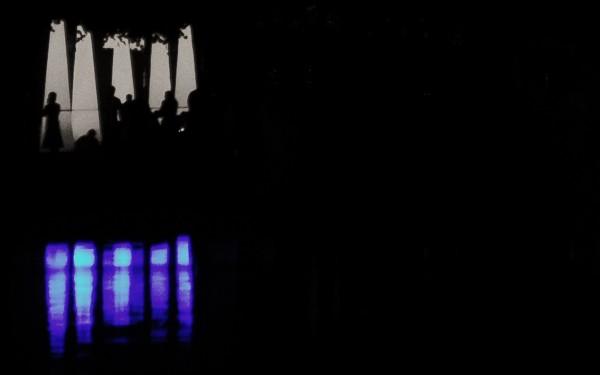 schloss in flammen - publikum expo im hintergrund